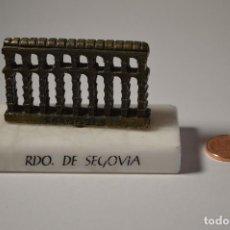 Coleccionismo: OBJETO DE RECUERDO MINIATURA ACUEDUCTO SEGOVIA RDO. MÁRMOL METAL DECORACIÓN. Lote 222439997