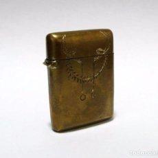 Coleccionismo: MISTERA-CERILLERO CON RASPADOR EN BASE EN METAL DORADO- ART NOUVEAU CA.1920. Lote 91056685