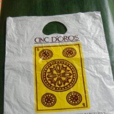 Coleccionismo: ANTIGUA BOLSA PLASTICO LIBRERIA CINC D'OROS DE BARCELONA - AÑOS 1980. Lote 93607745