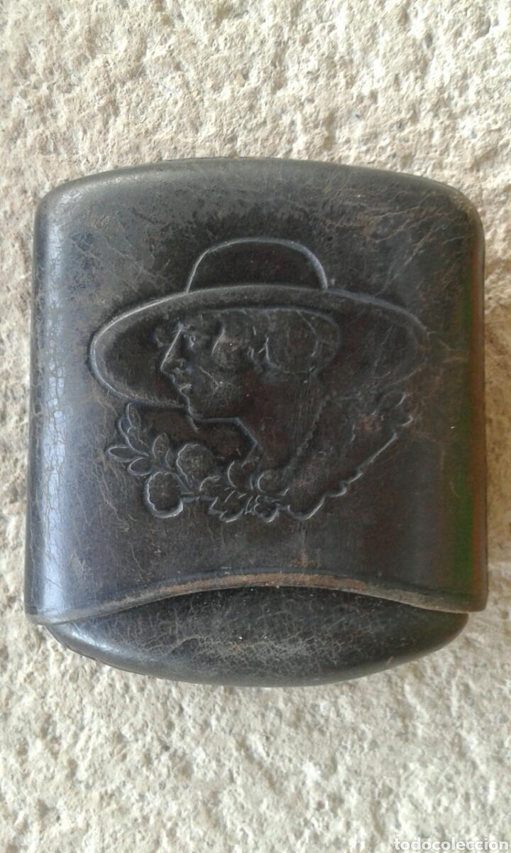 ANTIGUA PITILLERA PETACA TABAQUERA CUERO REPUJADO DAMA (Coleccionismo - Objetos para Fumar - Otros)