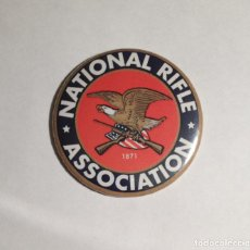 Colecionismo: NATIONAL RIFLE ASSOCIATION - IMÁN NEVERA 59MM. Lote 80362361