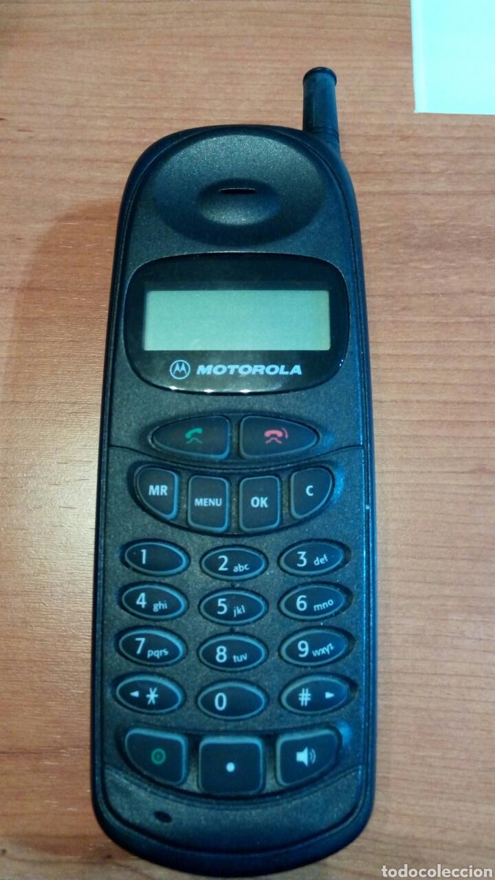 ANTIGUO TELÉFONO MÓVIL MARCA MOTOROLA MODELO S6185B. AÑOS 90. CON SU BATERÍA ORIGINAL (Coleccionismo - Varios)