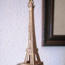 Coleccionismo: MUY ANTIGUO, AÑOS 70.RECUERDO DE PARIS: TORRE EIFEL EN PLASTICO. 10 CMS.. Lote 98746831