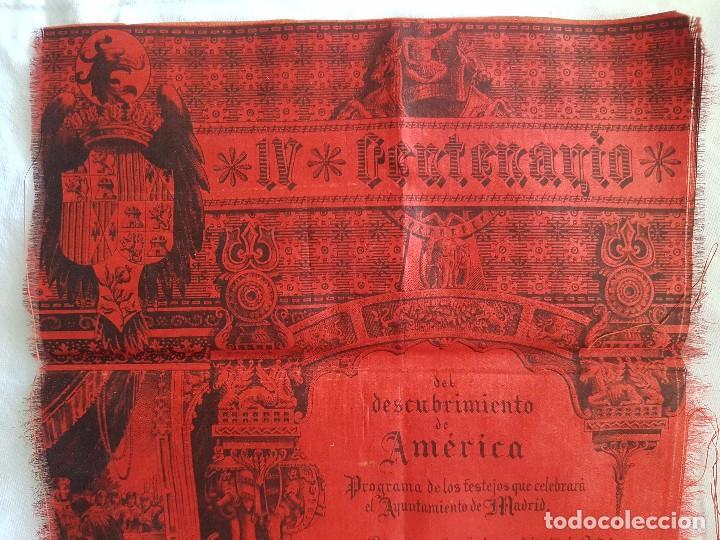 Coleccionismo: IV CENTENARIO DESCUBRIMIENTO DE AMERICA (AÑO 1892) PROGRAMA DEL AYUNTAMIENTO DE MADRID EN SEDA - Foto 2 - 100153931