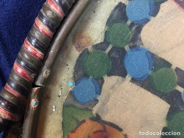 Coleccionismo: bandeja ratan circular dos asas motivos florales azul verde amarillo rosado inglaterra años 30/40 - Foto 3 - 101517411