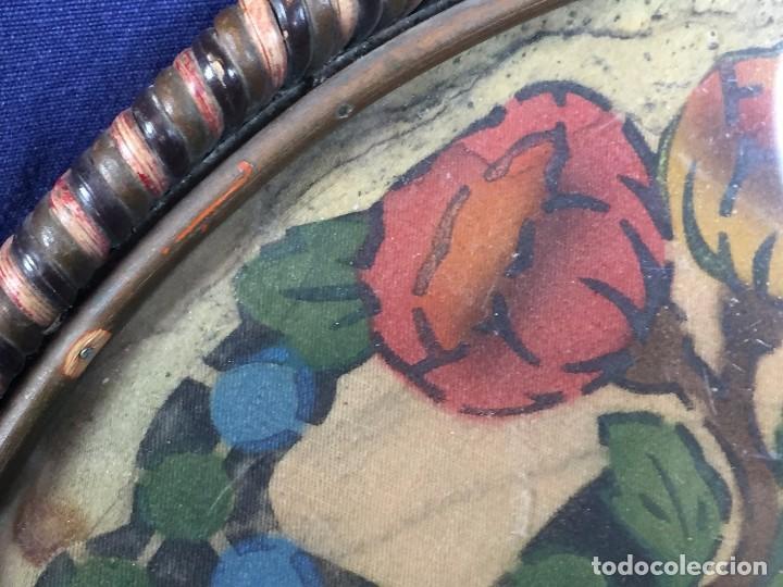 Coleccionismo: bandeja ratan circular dos asas motivos florales azul verde amarillo rosado inglaterra años 30/40 - Foto 4 - 101517411