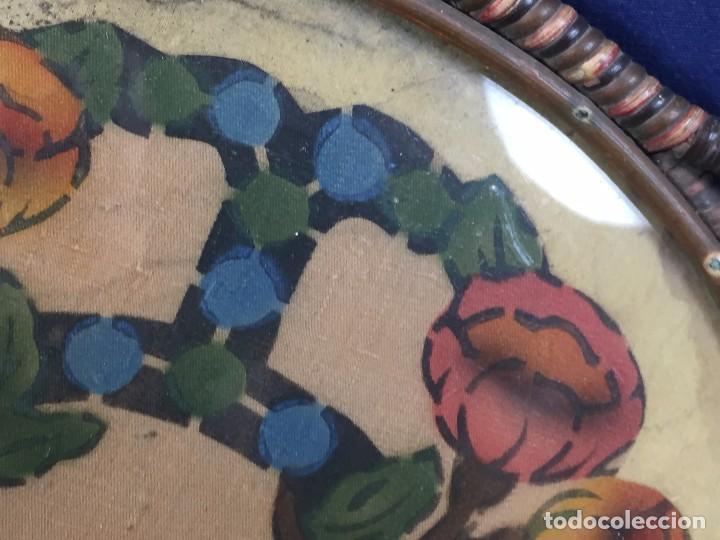 Coleccionismo: bandeja ratan circular dos asas motivos florales azul verde amarillo rosado inglaterra años 30/40 - Foto 6 - 101517411