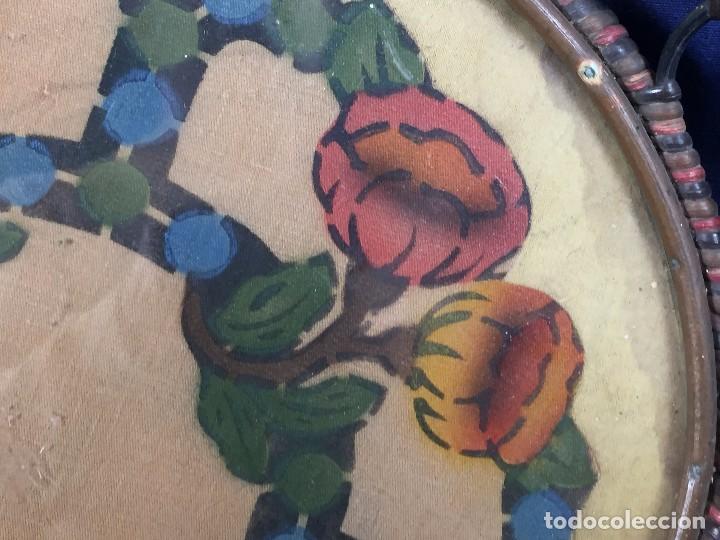 Coleccionismo: bandeja ratan circular dos asas motivos florales azul verde amarillo rosado inglaterra años 30/40 - Foto 7 - 101517411