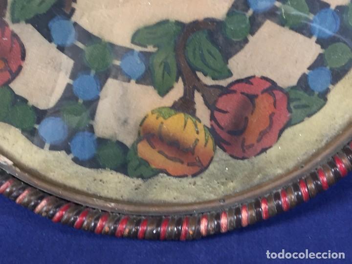 Coleccionismo: bandeja ratan circular dos asas motivos florales azul verde amarillo rosado inglaterra años 30/40 - Foto 8 - 101517411