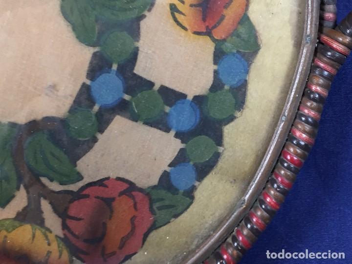 Coleccionismo: bandeja ratan circular dos asas motivos florales azul verde amarillo rosado inglaterra años 30/40 - Foto 9 - 101517411