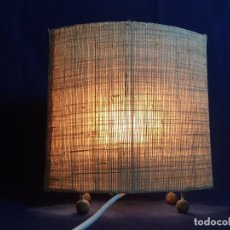 Coleccionismo: LAMPARA SOBREMESA RAFIA TRENZADA SECCION LENTICULAR FRANCIA AÑOS 60 30X28CM. Lote 101522207