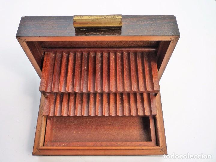 GRAN CIGARRERA DE MADERA TRIPLE ESTANTE BUEN ESTADO (Coleccionismo - Objetos para Fumar - Otros)