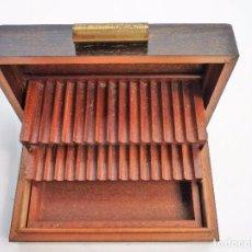 Coleccionismo: GRAN CIGARRERA DE MADERA TRIPLE ESTANTE BUEN ESTADO. Lote 102485371
