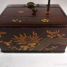 Coleccionismo: ANTIGUA CIGARRERA DE MADERA DECORADA CON DISPENSADOR DE PRESION. Lote 104124763