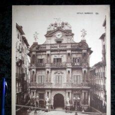 Coleccionismo: FOTOGRAFIA PAMPLONA - FACHADA DE LA CASA DEL AYUNTAMIENTO - 39X29,5CM CIRCA 1890. Lote 105819411