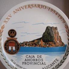 Coleccionismo: PLATO CONMEMORATIVO XXV ANIVERSARIO CAJA DE AHORROS PROVINCIAL DE ALICANTE. ROYAL CHINA. VIGO. 25 CM. Lote 106070895