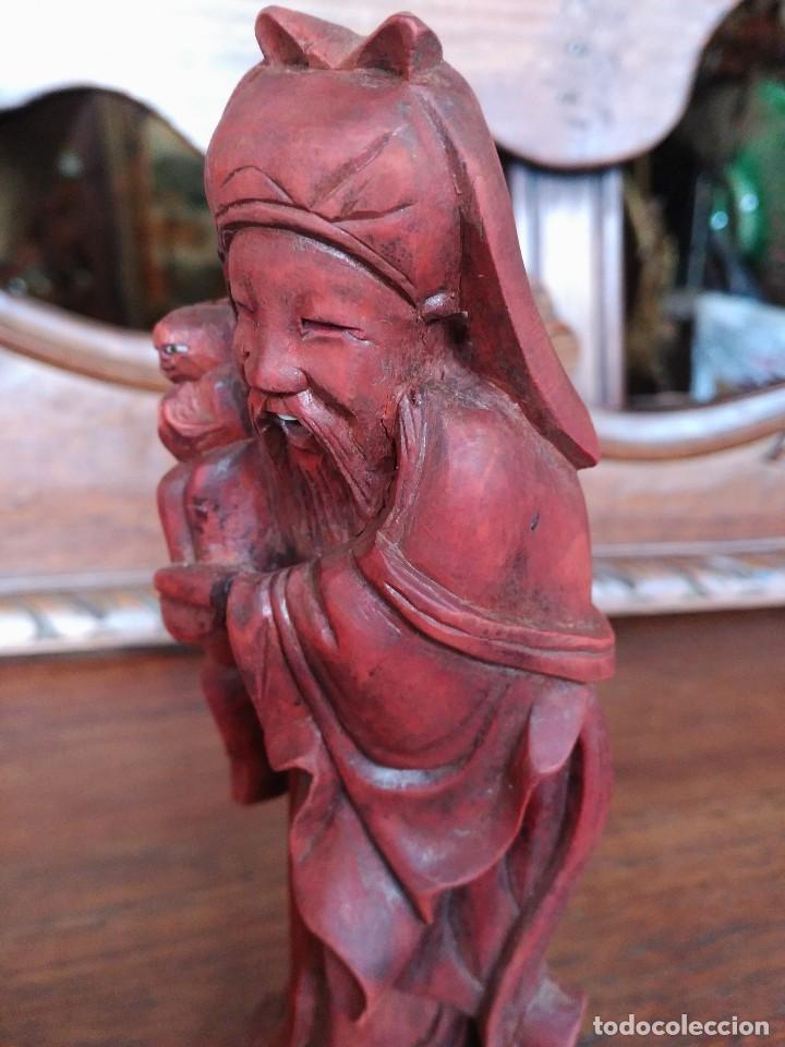 Coleccionismo: Figura de madera antigua monje con mono en la mano - Foto 2 - 115515395
