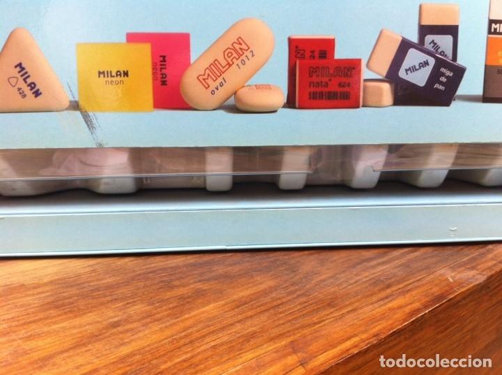 Coleccionismo: Expendedor de Gomas Milan, con caja interior original. Metálico. De antigua Papelería. - Foto 2 - 115379543