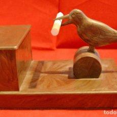 Coleccionismo: ANTIGUO DISPENSADOR DE CIGARRILOS EN FORMA DE PAJARO DISPENSANDOR TABACO EN BAQUELITA. Lote 57717804