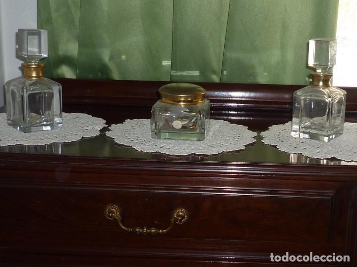 Coleccionismo: JUEGO TOCADOR CRISTAL GRUESO Y METAL DORADO 3 PIEZAS. ANTIGUO - Foto 3 - 107412547