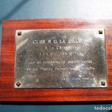 Coleccionismo: CARNAVAL DE CADIZ PLACA LAS BRUJAS PITIS ACTUACION EN LAS FIESTAS .CLUB M.G. LA CALETA 1984. Lote 121556755
