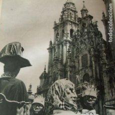 Coleccionismo: SANTIAGO DE COMPOSTELA GIGANTES Y CABEZUDOS ANTIGUA LAMINA HUECOGRABADO AÑOS 40 . Lote 123035391