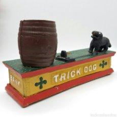 Coleccionismo: ANTIGUA HUCHA AÑOS 50 DE HIERRO FUNDIDO ''TRICK DOG BANK''. Lote 124211280
