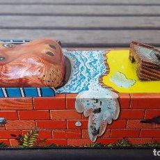 Coleccionismo: ANTIGUA HUCHA DE HOJALATA (LATA) HIPPO BANCO QUE VA CON CUERDA. Lote 125841527