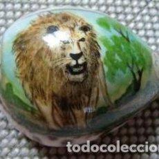 Coleccionismo: LEON PINTADO SOBRE CONCHA MARINA PINTADO A MANO 8X6X5 CM.. Lote 125883451