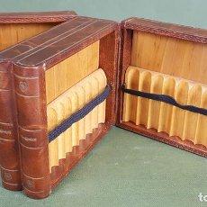 Coleccionismo: CIGARRERA. MADERA FORRADA DE PIEL EN FORMA DE LIBROS. CIRCA 1960. . Lote 127846035
