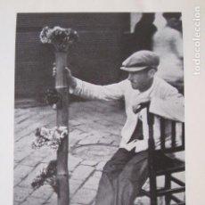 Collezionismo: SEVILLA LA MACARENA VENDEDOR DE FLORES LAMINA HUECOGRABADO AÑOS 20. Lote 128697083