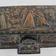 Coleccionismo: CAJA TABAQUERA REPUJADA DE METAL PLATEADO.. Lote 128985475