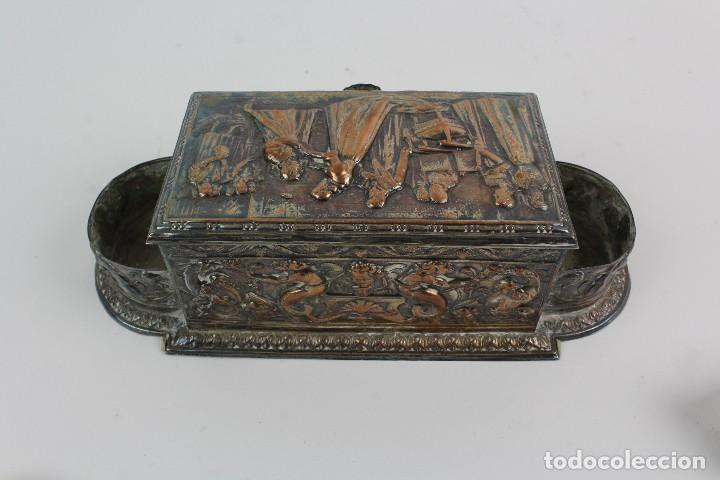 Coleccionismo: CAJA TABAQUERA REPUJADA DE METAL PLATEADO. - Foto 5 - 128985475