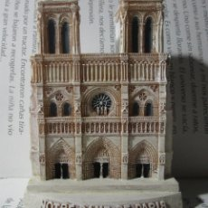 Coleccionismo: FIGURA TIPO ANTIGUA CATEDRAL DE NOTRE DAME DE PARIS A ESCALA DE COLECCION DISCOVERY. Lote 129171407
