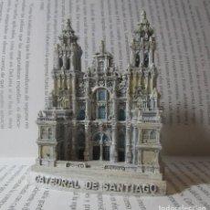 Coleccionismo: FIGURA TIPO ANTIGUA CATEDRAL DE SANTIAGO DE COMPOSTELA ESCALA COLECCION DISCOVERY. Lote 129239583