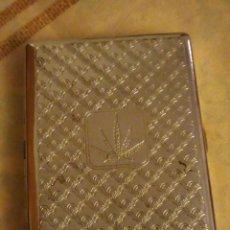 Coleccionismo: BONITA CIGARRERA DE METAL PLATEADO.CON HOJA DE CANABIS EN EL CENTRO. Lote 132589618
