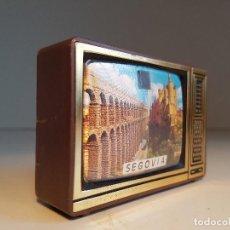 Coleccionismo: ANTIGUO TELEVISOR VISOR DIAPOSITIVOS, SOUVENIR, MOTIVOS DE SEGOVIA. Lote 139053474