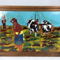 Coleccionismo: CUADRO DE AZULEJOS ESCENA DE JÓVENES AGRICULTORES CON FIRMA - CERAMICA ESMALTADA, MARCO DE MADERA. Lote 140473785