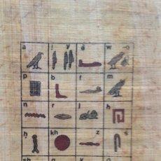 Coleccionismo: PAPIRO (9 X 14 CM). ALFABETO JEROGLÍFICO CON TRANSLITERACIÓN LATINA. MANUFACTURADO EN EL CAIRO.. Lote 140506282
