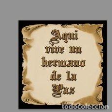 Coleccionismo: AZULEJO 20X20 DE AQUÍ VIVE UN HERMANO DE LA PAZ. Lote 140580934