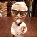 Coleccionismo: MUÑECO FIGURA COLONEL SANDERS KFC. KENTUCKY FRIED CHICKEN. FUNKO. CABEZA BASCULANTE. 18 CMS. Lote 140628718