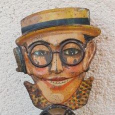 Coleccionismo: FANTASTICA Y MUY ANTIGUA CARA DEL ACTOR HAROLD LLOYD MOVIBLE Y DE HOJALATA (LATA). Lote 142326990