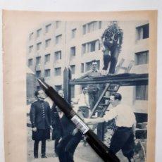 Coleccionismo: LOS GUARDIAS DE ASALTO EN BARCELONA / UNA FIESTA SIMPÁTICA. 1934. Lote 143942264