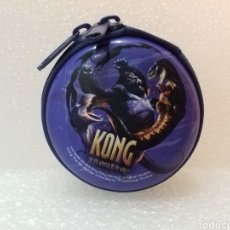 Coleccionismo: MONEDERO METÁLICO KONG THE 8TH WONDER OF THE WORLD UNIVERSAL STUDIOS KING KONG MOVIE/COLOR AZUL.. Lote 143942866