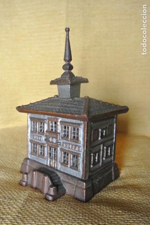 Coleccionismo: Hucha. casa en hierro colado. Caja de ahorro - Foto 2 - 147727426