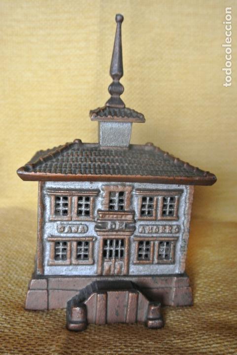 Coleccionismo: Hucha. casa en hierro colado. Caja de ahorro - Foto 4 - 147727426