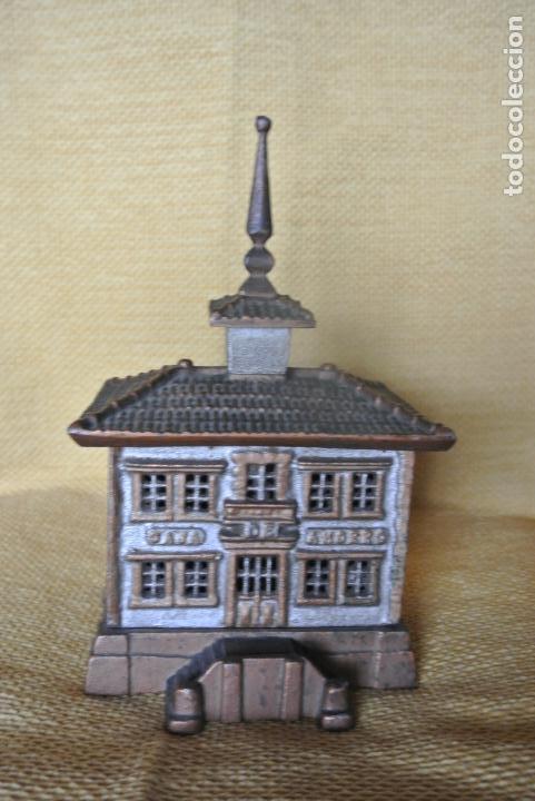 Coleccionismo: Hucha. casa en hierro colado. Caja de ahorro - Foto 7 - 147727426