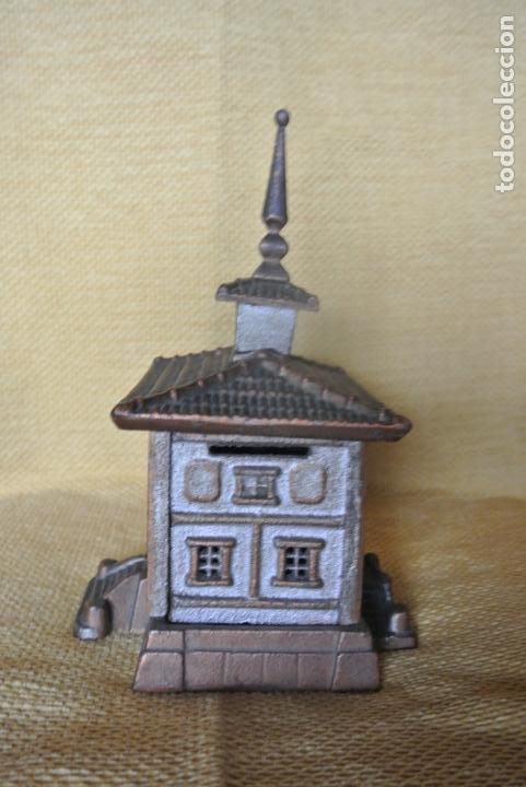 Coleccionismo: Hucha. casa en hierro colado. Caja de ahorro - Foto 8 - 147727426
