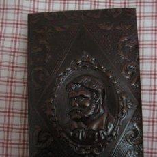 Coleccionismo: CAJA PARA PUROS Y CIGARRILLOS.- DE CUERO, O SIMIL, REPUJADO. IMPECABLE, PERFECTO ESTADO.. Lote 155810933
