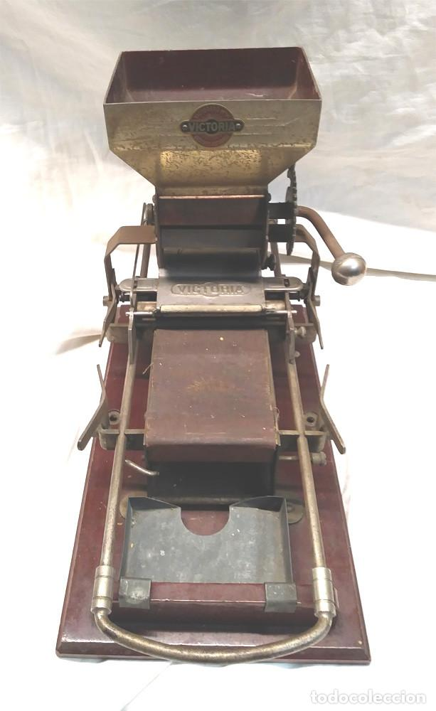 Coleccionismo: Victoria Maquina para liar Cigarros de Hnos Victorero Lastres Asturias 1er modelo base madera - Foto 2 - 150277522
